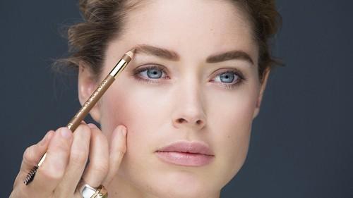 женщина красит брови