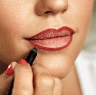 рисуем контур на губах