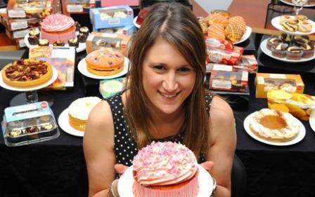 девушка предлагает тортик