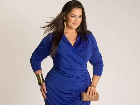 полная красивая женщина в синем платье