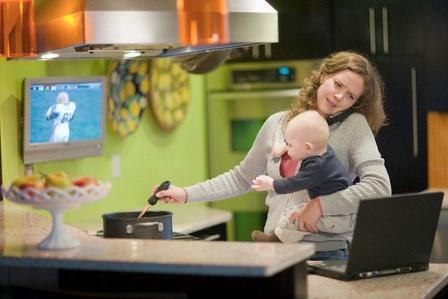 женщина с ребенком варит суп и смотрит сериал
