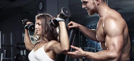 мужчина тренерует девушку