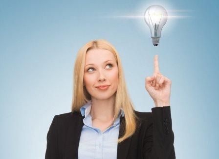 девушка указывает на лампочку