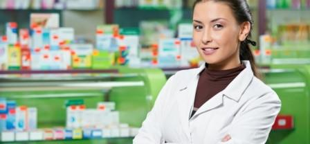 девушка стоит в аптеке