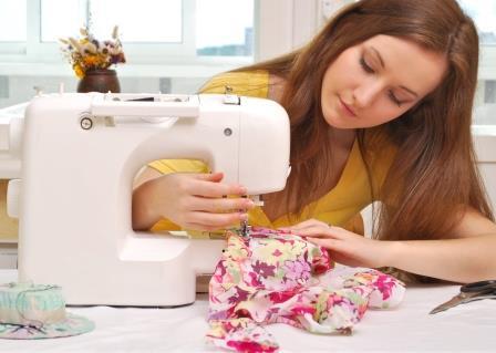 девушка шьет на швейной машине
