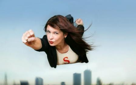 женщина целенаправленно летит вперед