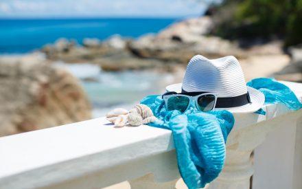 шляпа и очки от солнца