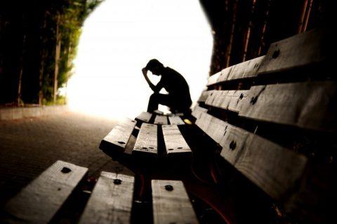человек задумавшись сидит в тунеле