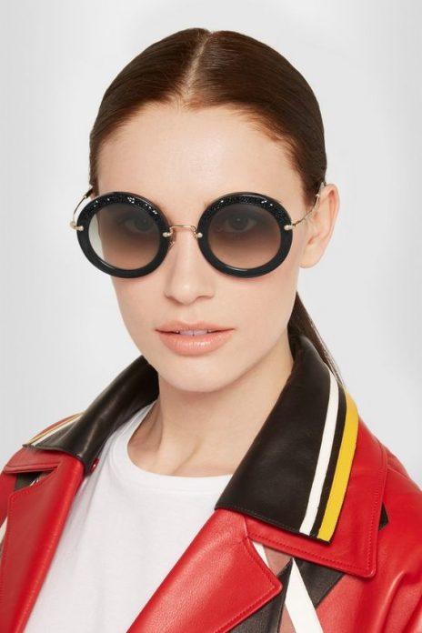 девушка в круглых очках от солнца