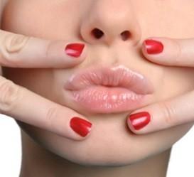 девушка держит пальцы возле губ