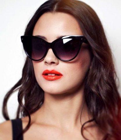 девушка в очках от солнца кошачьей формы