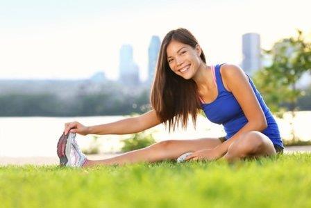 девушка занимается спортом на природе