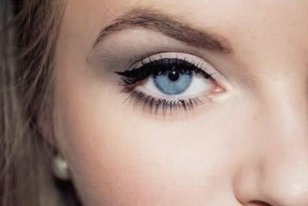 глаз девушки и бровь