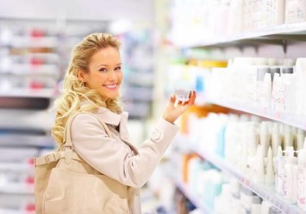 женщина покупает крем в магазине