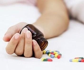 в руке бутылочка с таблетками