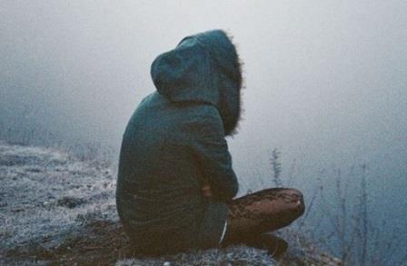 девушка грустная сидит возле водоема