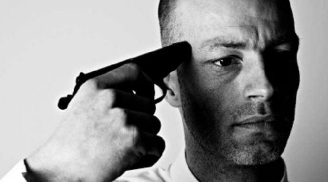 мужчина с пистолетом у виска