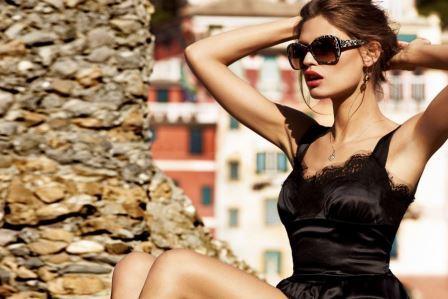 девушка в очках и купальнике загорает на солнце
