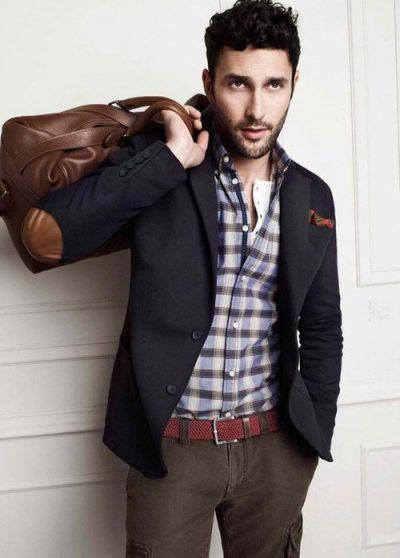 парень в пиджаке с кожаными заплатками на локтях
