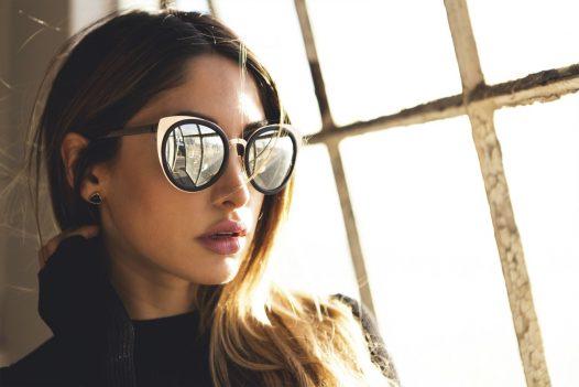 девушка в очках лисьей формы