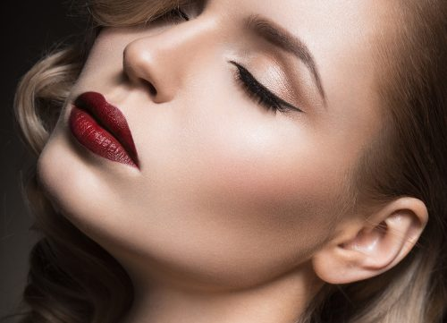 девушка с красиво накрашенными губами
