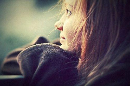 девушка смотрит с надеждой вперед