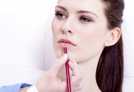 девушке рисуют губы карандашом