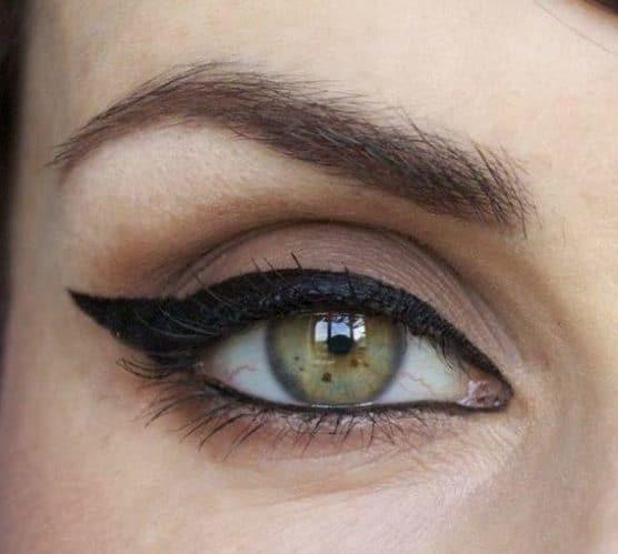 Макияж «кошачий глаз» стрелка