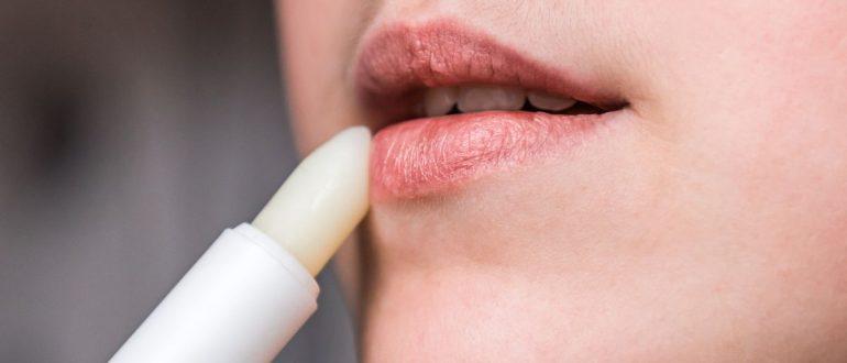 Почему сохнут губы у женщин